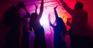 Νέο κορονοπάρτι το βράδυ την Κυψέλη – Πλήθος κόσμου σε αρκετές πλατείες (βιντεο)