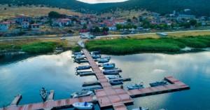 Το ακριτικό χωριό δίπλα στη λίμνη όπου η φύση μαγεύει με την απλότητά της