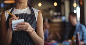 Αίσιο τέλος στην περιπέτεια της σερβιτόρας που της άφησαν πουρμπουάρ 2.000 δολαρίων