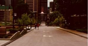 Μια 20χρονη έβγαλε βόλτα με λουρί τον φίλο της!
