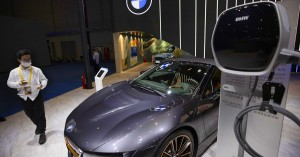 Οι αυτοκινητοβιομηχανίες «τρέχουν» προς τον ηλεκτρισμό για να αποφύγουν πρόστιμα
