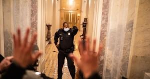 Εισβολή στο Καπιτώλιο: Ο μαύρος ήρωας αστυνομικός που αντιστάθηκε στον όχλο