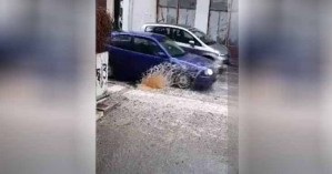 Έμεινε αυτοκίνητο σε επικίνδυνη λακκούβα στα Χανιά (βίντεο)