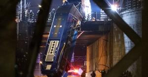 Απίστευτες εικόνες τροχαίου με λεωφορείο: Κρεμάστηκε από γέφυρα, 8 άνθρωποι τραυματίστηκαν