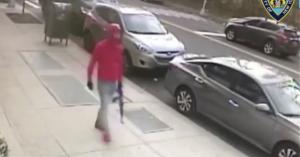 Νέα Υόρκη: Μέρα μεσημέρι κυκλοφορούσε στους δρόμους με αυτόματο όπλο - Βίντεο