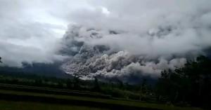 Έκρηξη ηφαιστείου στην Ινδονησία - «Σηκώθηκε» καπνός σε ύψος 5,6 χλμ