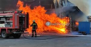 Μεγάλη πυρκαγιά σε αποθήκες μεταφορικής εταιρείας στα Χανιά (φωτο+βιντεο)