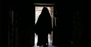 Ιερέας που χλεύαζε πιστούς στην εκκλησία με μάσκα κόλλησε κορωνοϊό