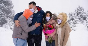 Πρόταση γάμου υπερπαραγωγή στα χιόνια! Κόκκινες καρδιές στο χιόνι βεγγαλικά και -10 βαθμοί