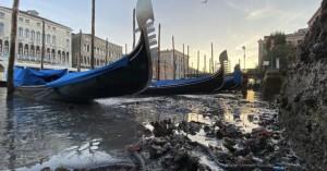 Απόκοσμο θέαμα: Στέρεψαν τα κανάλια της Βενετίας – Γόνδολες άραξαν λόγω άμπωτης στο βυθό