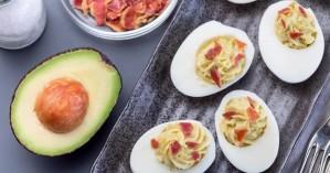 Αυγά γεμιστά με σος αβοκάντο και μπέικον