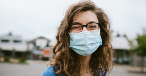 Κορονοϊός: Είναι 2 έως 3 φορές λιγότερο πιθανό να κολλήσετε αν φοράτε αυτό όταν είστε έξω