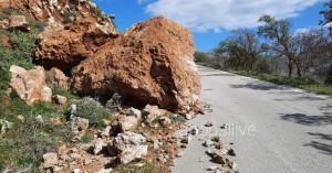 Κρήτη: Κατολίσθηση τεράστιου βράχου στο οδόστρωμα (φωτο)