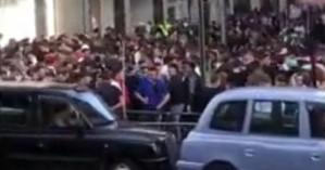 Χαμός έξω από τα Harrods στο Λονδίνο: Τεράστιο πλήθος χωρίς μάσκες έκλεισε τον δρόμο