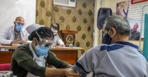 Νέα έξαρση κρουσμάτων - Εμβολιάζονται χωρίς να έχουν ολοκληρωθεί οι κλινικές δοκιμές