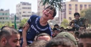Λωρίδα Γάζας: Βίντεο που «ραγίζει» καρδιές –Παιδί σπαράζει πάνω από τη σορό του πατέρα του