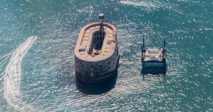 Οβάλ φρούριο στη Γαλλία μοιάζει να αναδύεται από τη θάλασσα