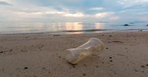 «Βουλιάζουν» στα πλαστικά οι ελληνικές παραλίες