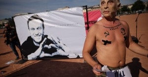 Γενεύη: Διαδηλωτής που... παριστάνει τον Πούτιν ζητά την απελευθέρωση του Ναβάλνι