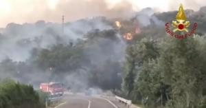 Μάχη με τις φλόγες στη Σαρδηνία για τρίτη ημέρα, ανησυχία προκαλεί ο σφοδρός άνεμος