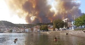 Φωτιά στη Λίμνη Ευβοίας: Δύσκολη νύχτα, εκκενώθηκαν χωριά