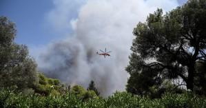 Βαρυμπόμπη: Η πυρκαγιά καίει στους πρόποδες της Πάρνηθας – Συναγερμός και μήνυμα από 112