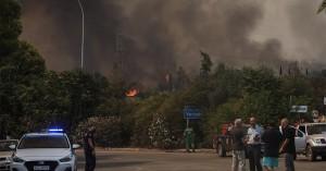 Βαρυμπόμπη: Μαίνεται η φωτιά - Εκκενώνεται η περιοχή