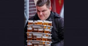 Οπαδός μετέφερε 48 ποτήρια μπύρας στις κερκίδες χωρίς να χύσει σταγόνα-Ποιο είναι το ρεκόρ
