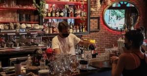 Χανιά: Καμπάνα σε καφέ- Έβαλε ανεμβολίαστους στο μαγαζί και το πλήρωσε