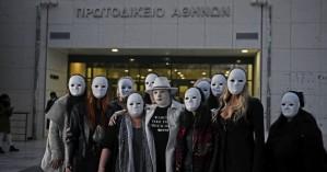 Επίθεση με βιτριόλι: Η δικαίωση της Ιωάννας - Φίλες της με μάσκες στο πλευρό της