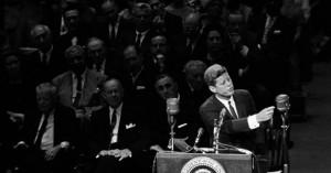 Μπάιντεν: Αναβάλλει τον αποχαρακτηρισμό των απόρρητων αρχείων για τη δολοφονία του Κένεντι