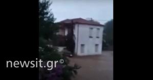 Θεσσαλονίκη: 74χρονος πήδηξε σε μπαλκόνι από οροφή αυτοκίνητου για να σωθεί από χείμαρρο