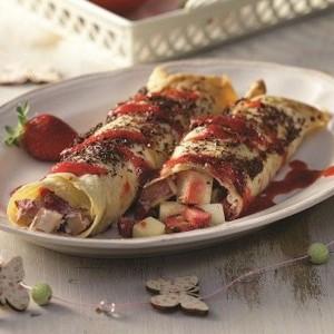 Κρέπες με φρούτα εποχής και σάλτσα φράουλας
