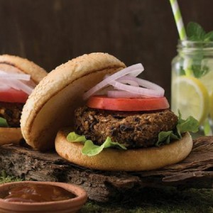 Vegan burger με μπιφτέκι από άγριο ρύζι, καρύδια και μαύρα φασόλια