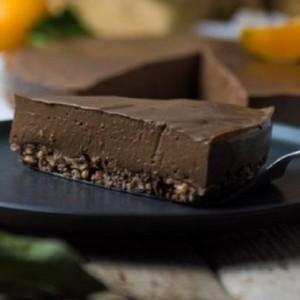 Σοκολατόπιτα με άρωμα μανταρινιού και βάση από μπάρες