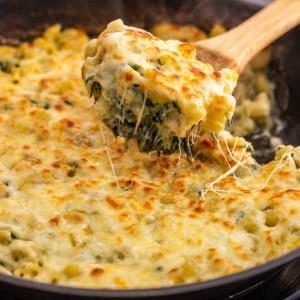 Μακαρόνια φούρνου με σπανάκι και αγκινάρες