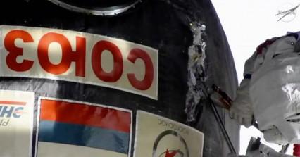 Ρώσοι επιδιορθώνουν με μαχαίρια και ψαλίδια τη μυστηριώδη τρύπα στο Σογιούζ