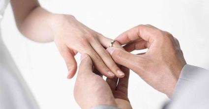 Χαμός σε μεζεδοπωλείο όταν Χανιώτης έδωσε το… δαχτυλίδι στην καλή του (βίντεο)