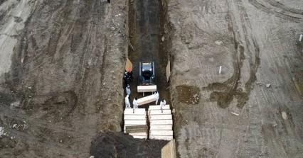Σοκάρουν οι εικόνες από τη Νέα Υόρκη με ομαδικούς τάφους για τα θύματα του κορωνοϊού