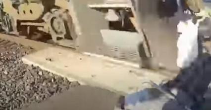 Βίντεο που κόβει την ανάσα:Αστυνομικός έσωσε άτομο σε καροτσάκι που είχε κολλήσει σε ράγες