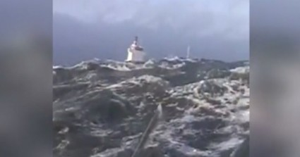 Ρυμουλκά παλεύουν με κύματα 6 μ. για να αποτρέψουν ατύχημα πλοίου 4000 τόνων (βίντεο)