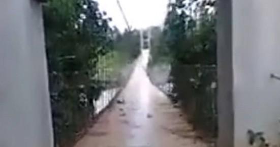 Γέφυρα «χορεύει» από τον δυνατό αέρα