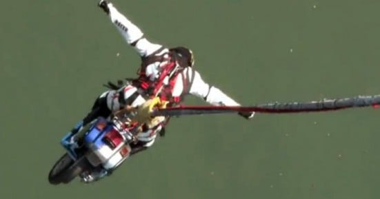 Έκανε bungee jumping πάνω στο μηχανάκι του