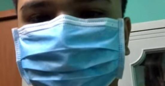 Βρήκε πατέντα για να τρώει χωρίς να βγάζει τη μάσκα (βιντεο)