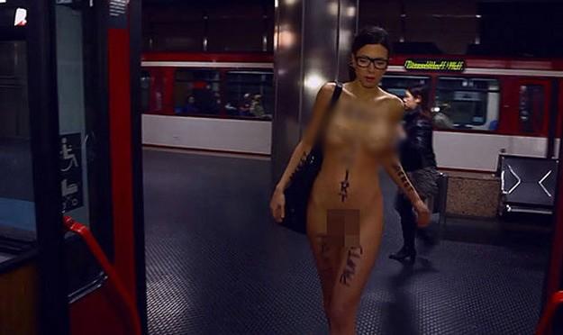 Μπήκε γυμνή στο μετρό - Κι ομως οι Γερμανοί έμειναν αδιάφοροι... (video)