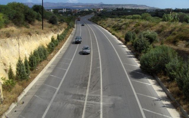 Ασυνείδητος οδηγός πάει ανάποδα στην εθνική οδό Ηρακλείου-Ρεθύμνου (βιντεο)