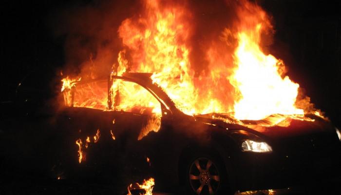 Στις φλόγες αυτοκίνητα στο Ηράκλειο