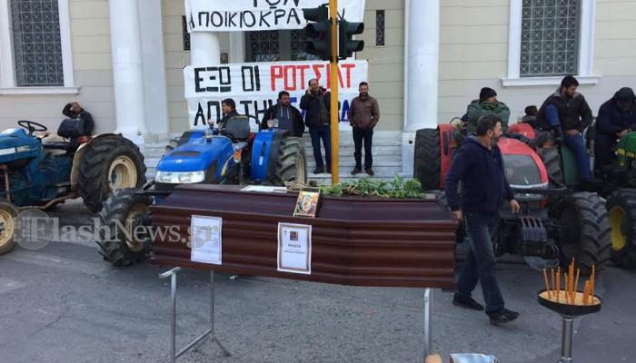 Αποκλεισμοί κτιρίων απο αγρότες της Κρήτης που μένουν και στα μπλόκα