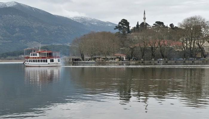 Iωάννινα: Έβγαλε αφρούς η λίμνη Παμβώτιδα