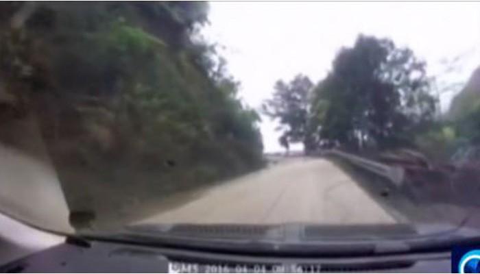 Δείτε μια τρομακτική κατολίσθηση την ώρα που περνούν αυτοκίνητα (βίντεο)